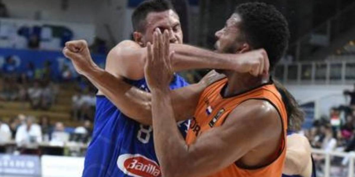 VIDEO: Danilo Gallinari propina golpe a rival pero resulta lesionado de un dedo