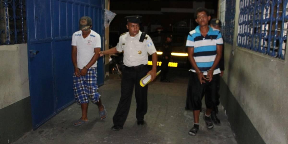 PNC captura a dos hombres por asaltar a vendedor ambulante