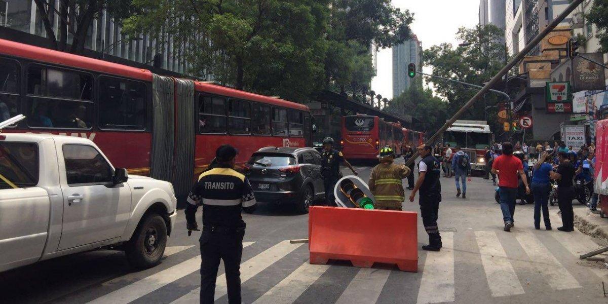 Semáforo caído detiene el tráfico en Insurgentes Sur