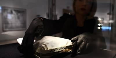 Roban de museo reproducción en oro de módulo lunar — Ohio