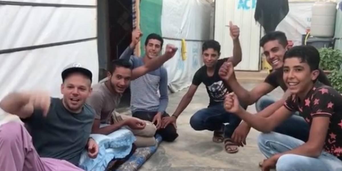 René Pérez enseña grito de guerra boricua a amigos sirios