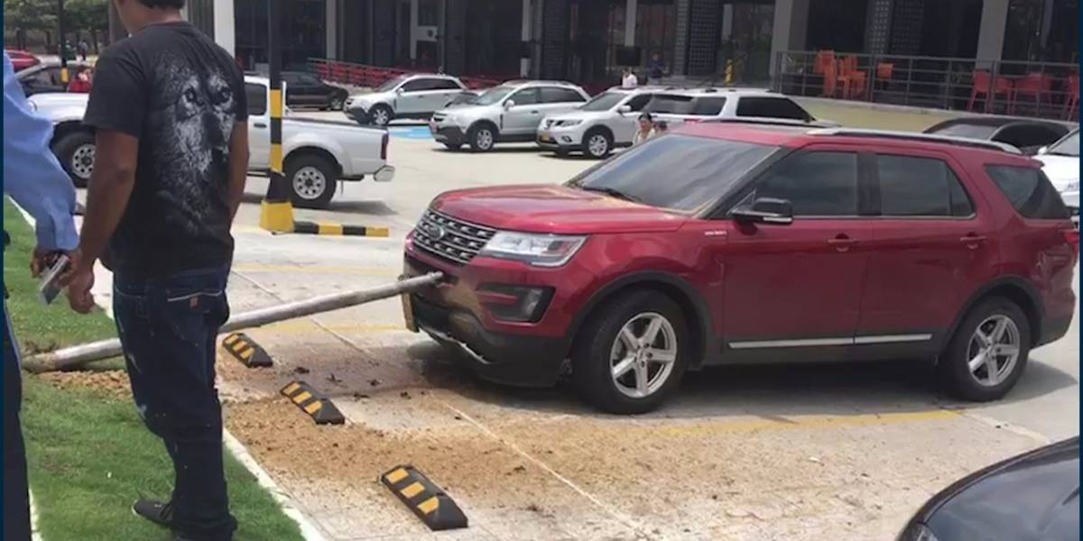 ¡Se pasó! Este taladro perforó el pavimento y se incrustó en camioneta en centro comercial