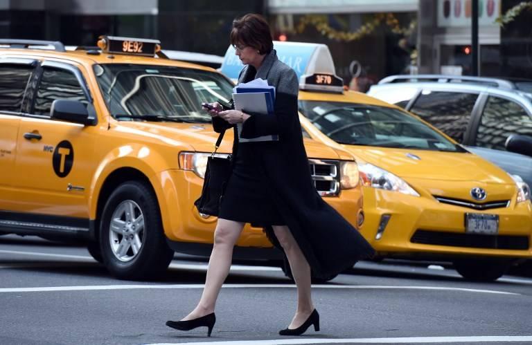 Honolulu multará a los transeúntes que crucen las calles mirando el celular