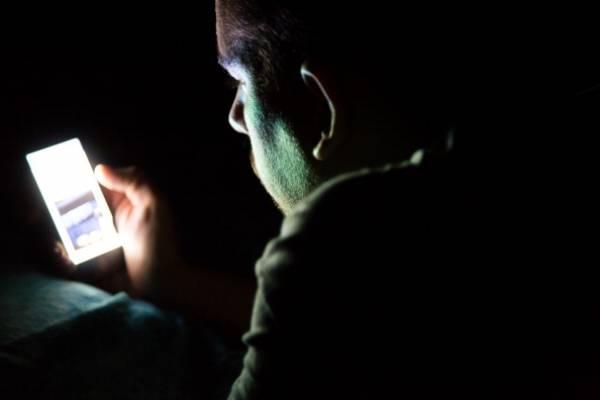 Truco para que luz de celular no afecte el sueño