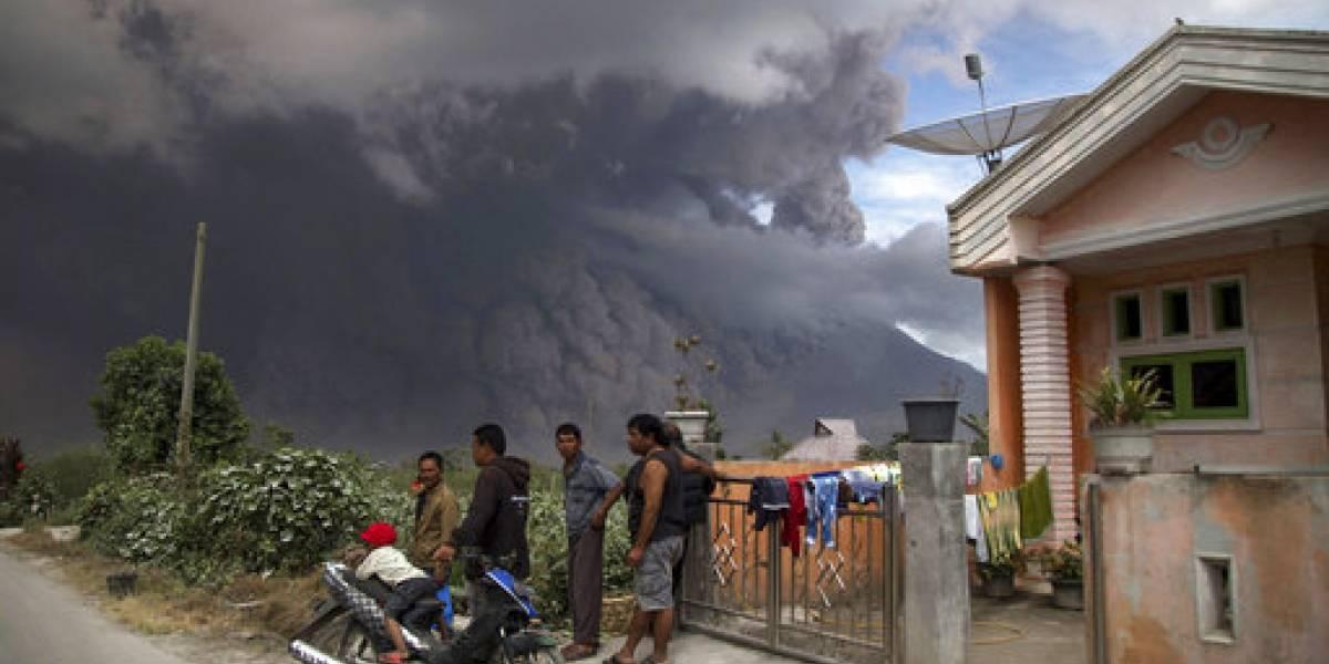 Volcán Sinabung de Indonesia arroja cenizas candentes