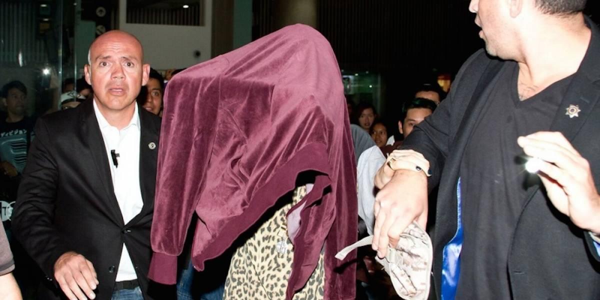 Cara Delevingne se tapa el rostro a su llegada a México
