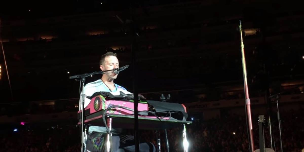 Emotivo homenaje: vea a Chris Martin tocando 'Crawling' en piano para recordar a Chester Bennington