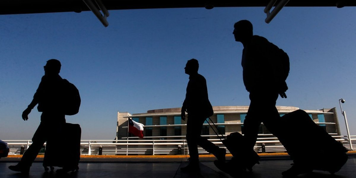 Santiago: pasajero de avión dijo que tenía una bomba y lo mandaron volando al calabozo de la PDI