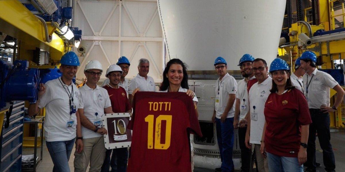 Una estrella en el cielo: La última camiseta que usó Totti fue enviada al espacio