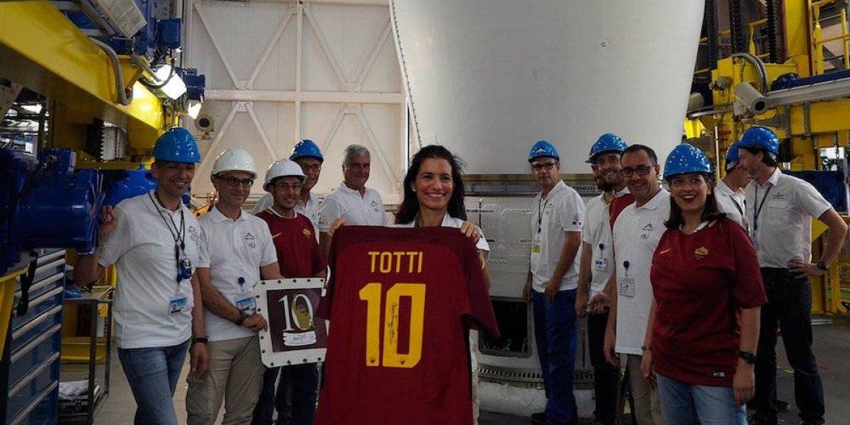 Última playera de Totti es enviada al espacio