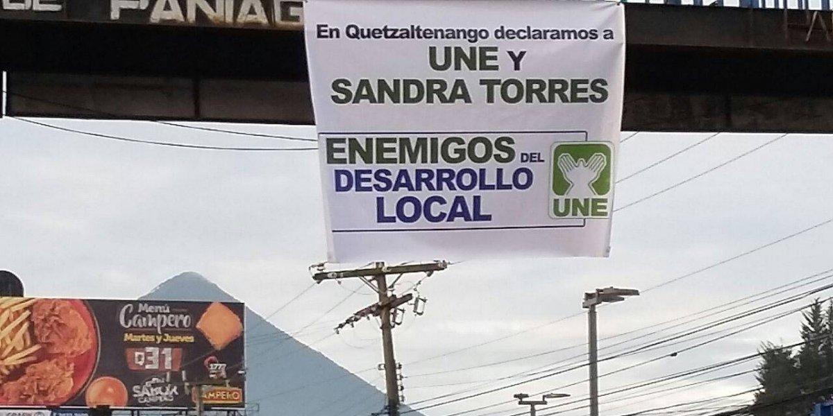 Colocan mantas en Quetzaltenango y San Marcos en rechazo a la UNE
