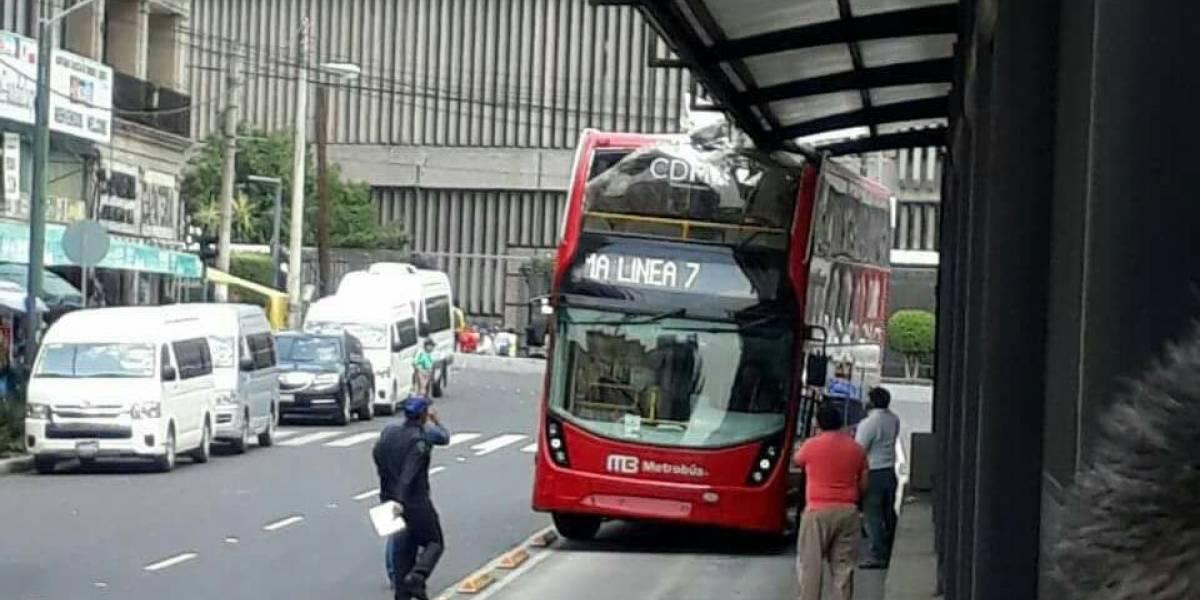 Bus de MB-Reforma se estrella al no caber en estación de Línea 6