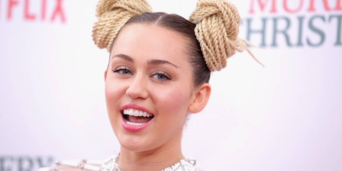 Miley Cyrus posa topless, en la cama y con sus mejores amigos