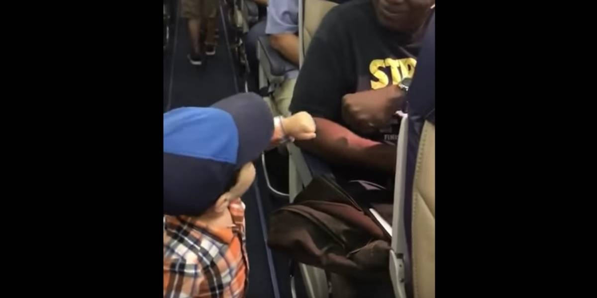 El adorable pequeño que conquistó a todos en un avión con su simpatía