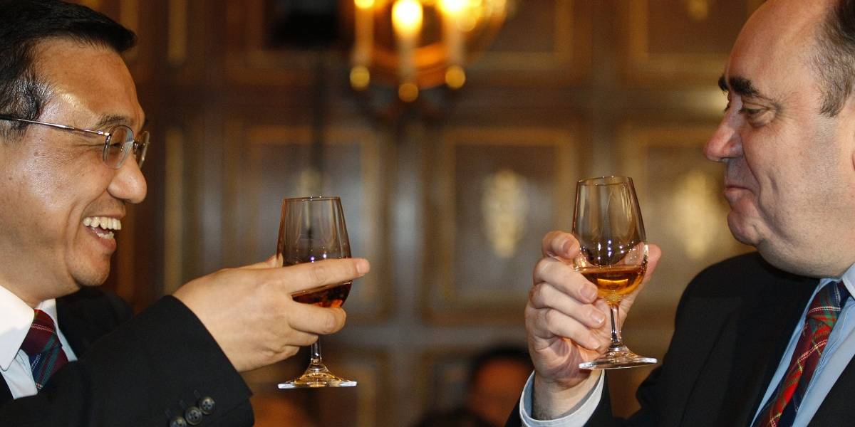 Este turista chino pagó 31 millones de pesos por un vaso de whisky en Suiza