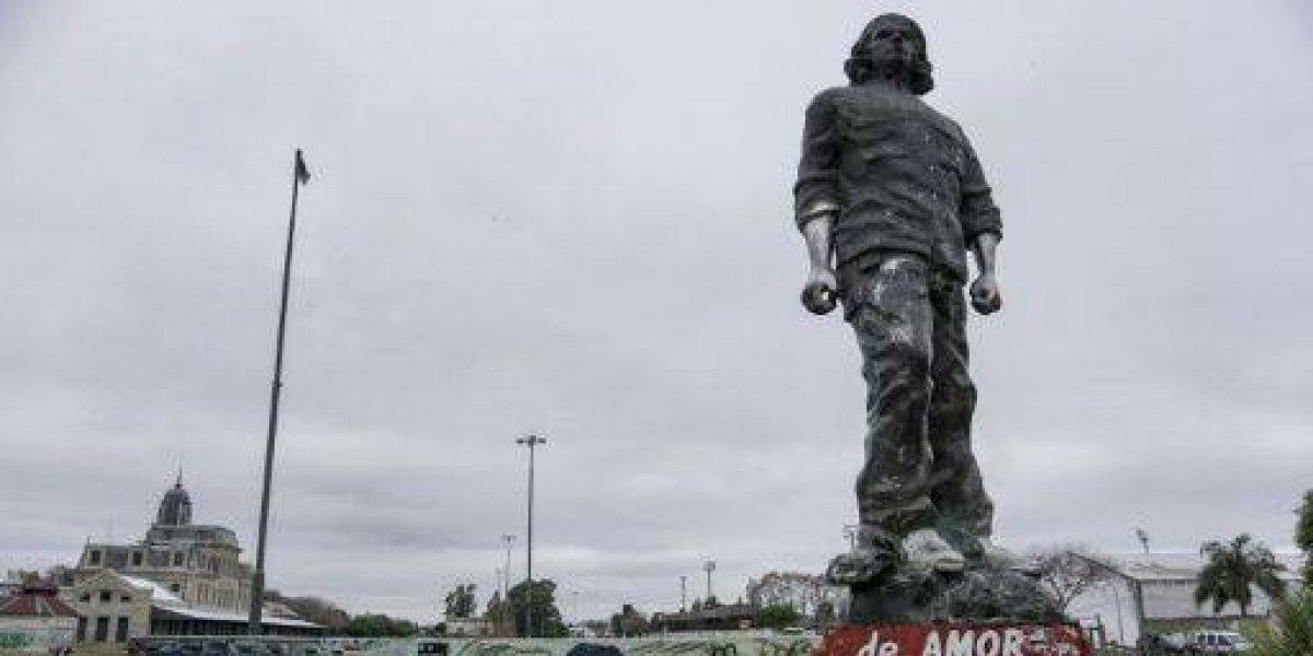 """Polémica por una campaña que quiere sacar los monumentos del """"Che"""" Guevara"""