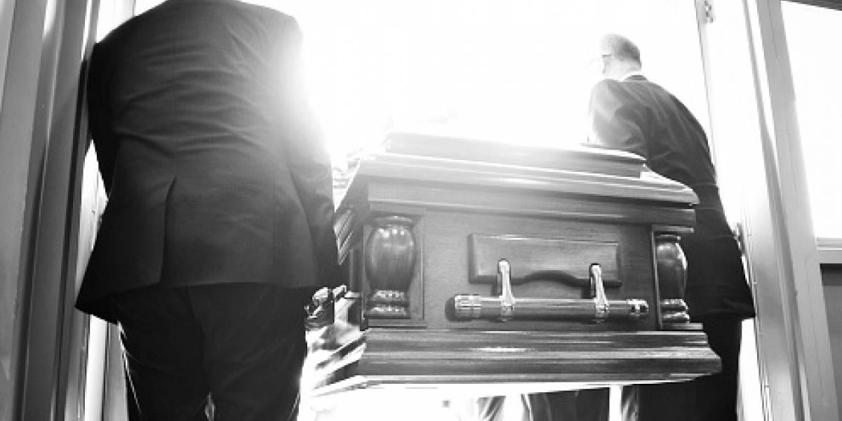 Se robaron una carroza fúnebre con el cuerpo de una mujer