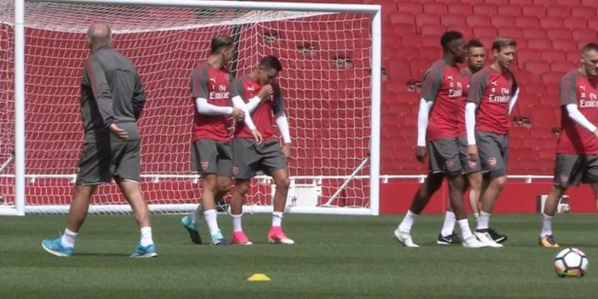 ¿Broma o lealtad? El beso de Alexis al escudo del Arsenal que levanta sospechas en Inglaterra