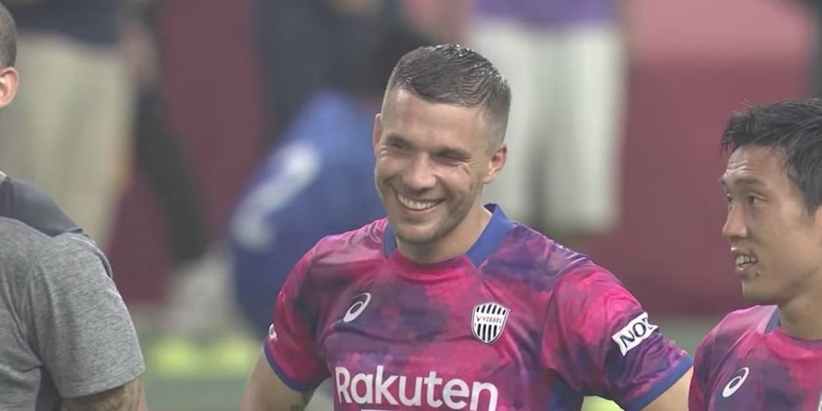 VIDEO: Con botines de Los Supercampeones, Podolski  hace doblete