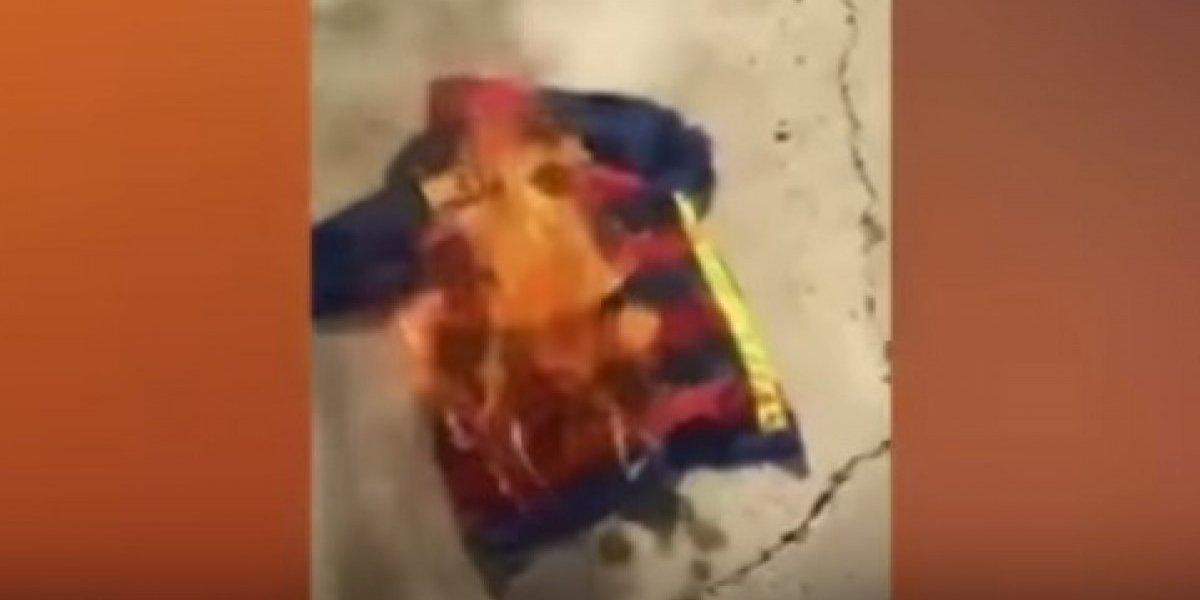 VIDEO: Aficionados queman playera del Barcelona y Neymar