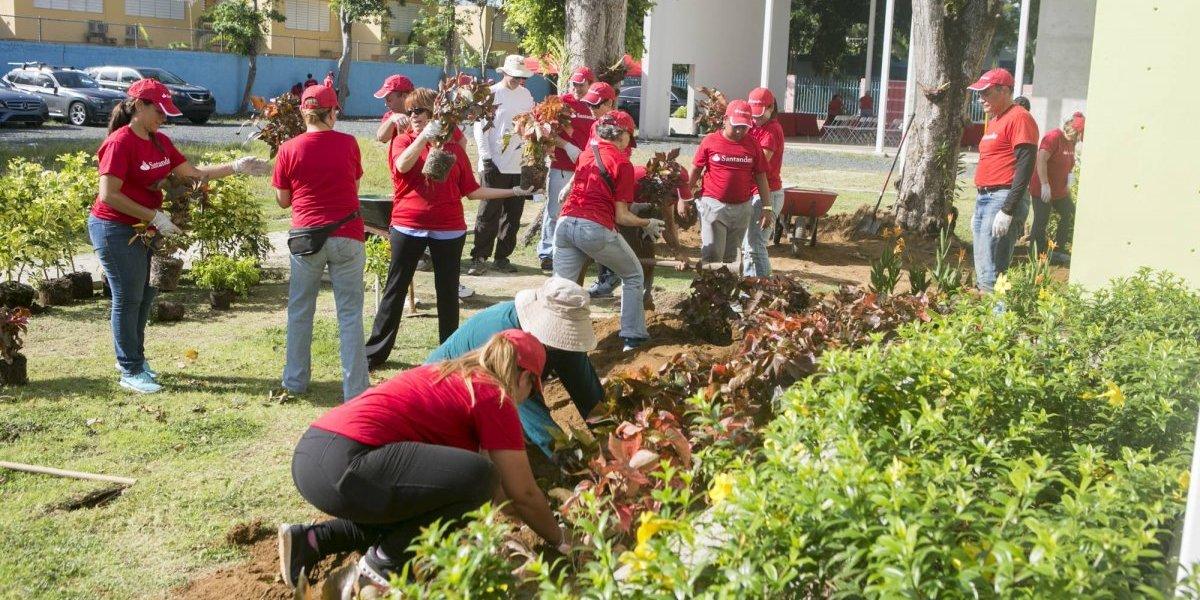 Empleados de Banco Santander hacen trabajo voluntario en hogar para niñas