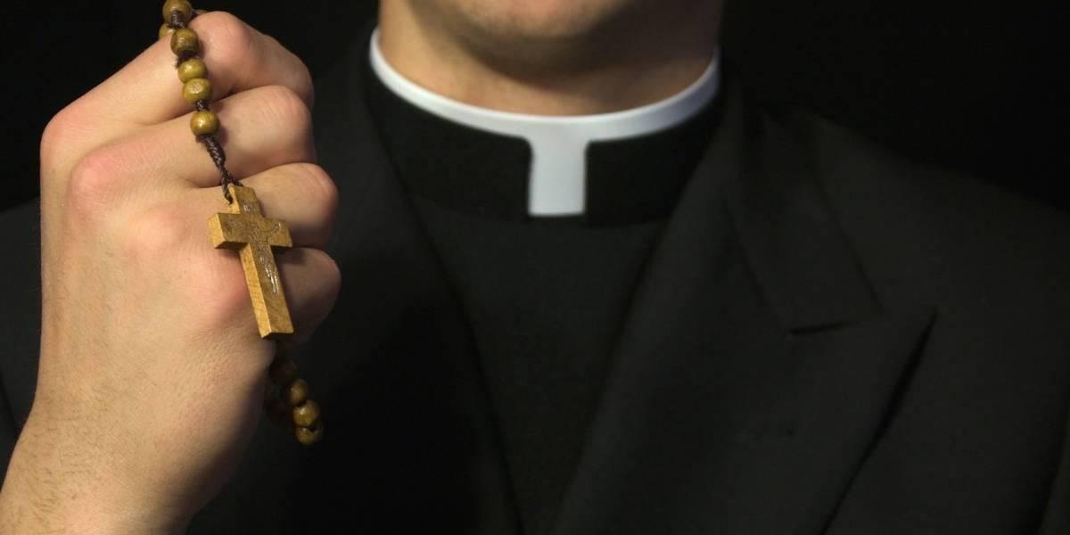 Detienen a sacerdote camino a motel con niña de 13 años