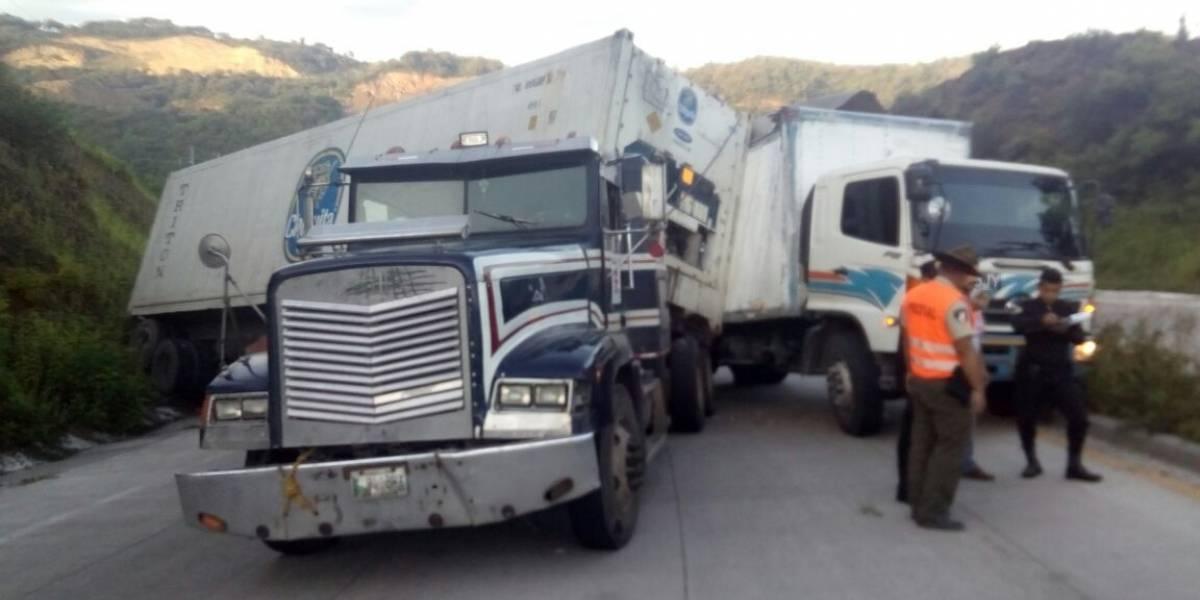 Habilitan carril reversible en ruta al Atlántico por choque de camión y tráiler