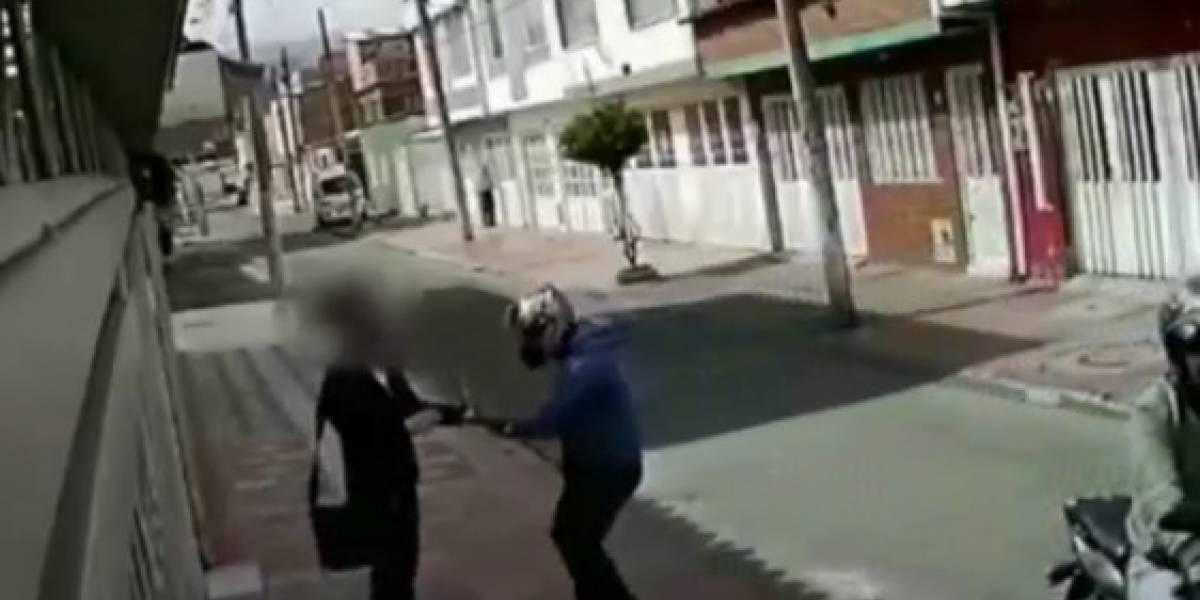 Hombre que fue robado en Bogotá denuncia que ladrones lo contactaron días después para que les desbloqueara el celular