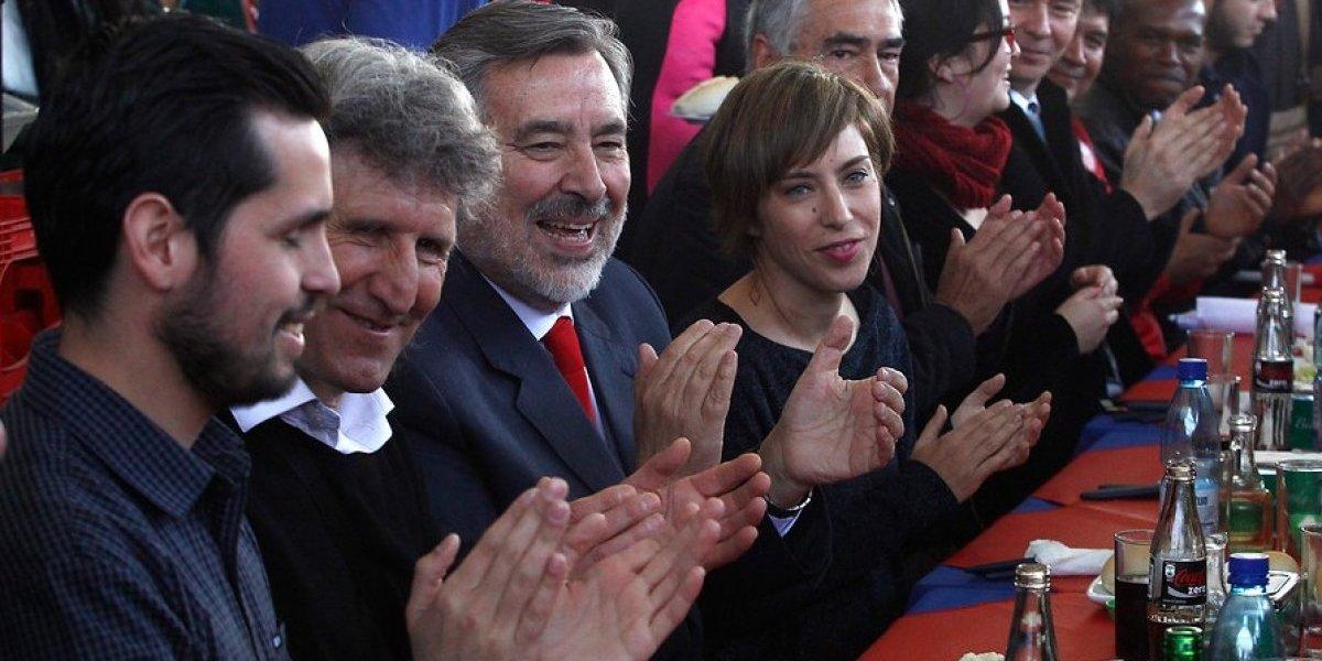 Alejandro Guillier entregó firmas para inscribir candidatura presidencial