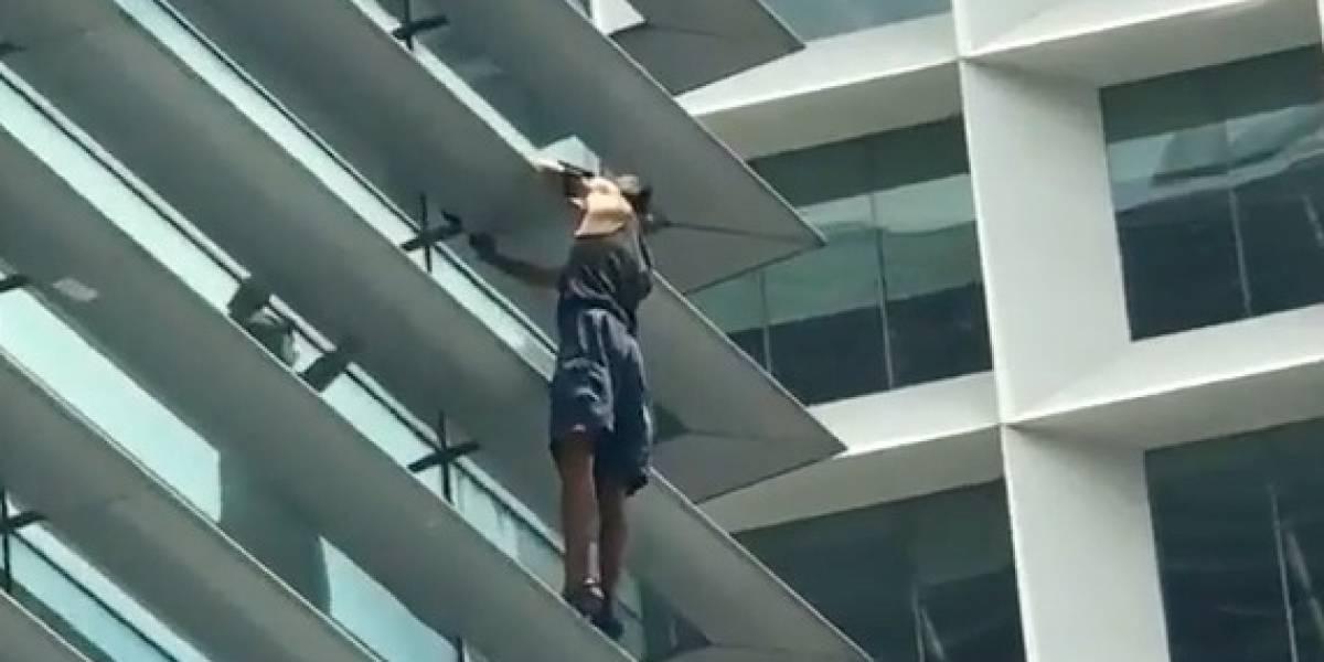 'Hombre araña', captado tras escalar edificio en México