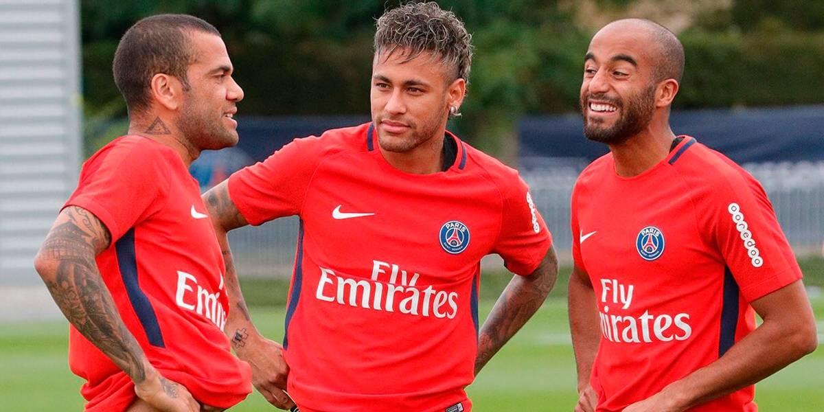 Para Daniel Alves, Neymar precisava 'sair da sombra' de Messi para evoluir