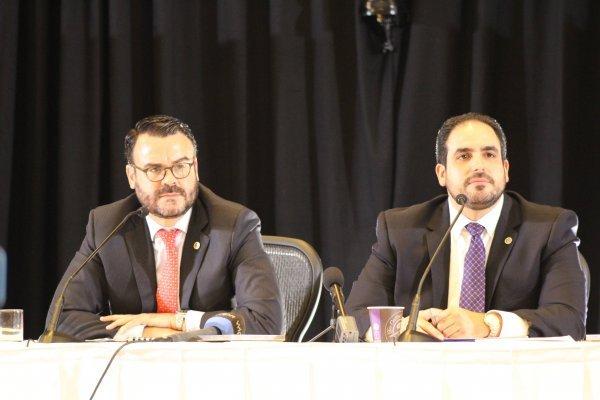 El director de la Autoridad de Asesoría Financiera y Agencia Fiscal de Puerto Rico (AFAF), Gerardo Portela, y el representante del Gobierno de Puerto Rico ante la Junta de Supervisión Fiscal (JSF), Christian Sobrino, en conferencia de prensa luego de la n