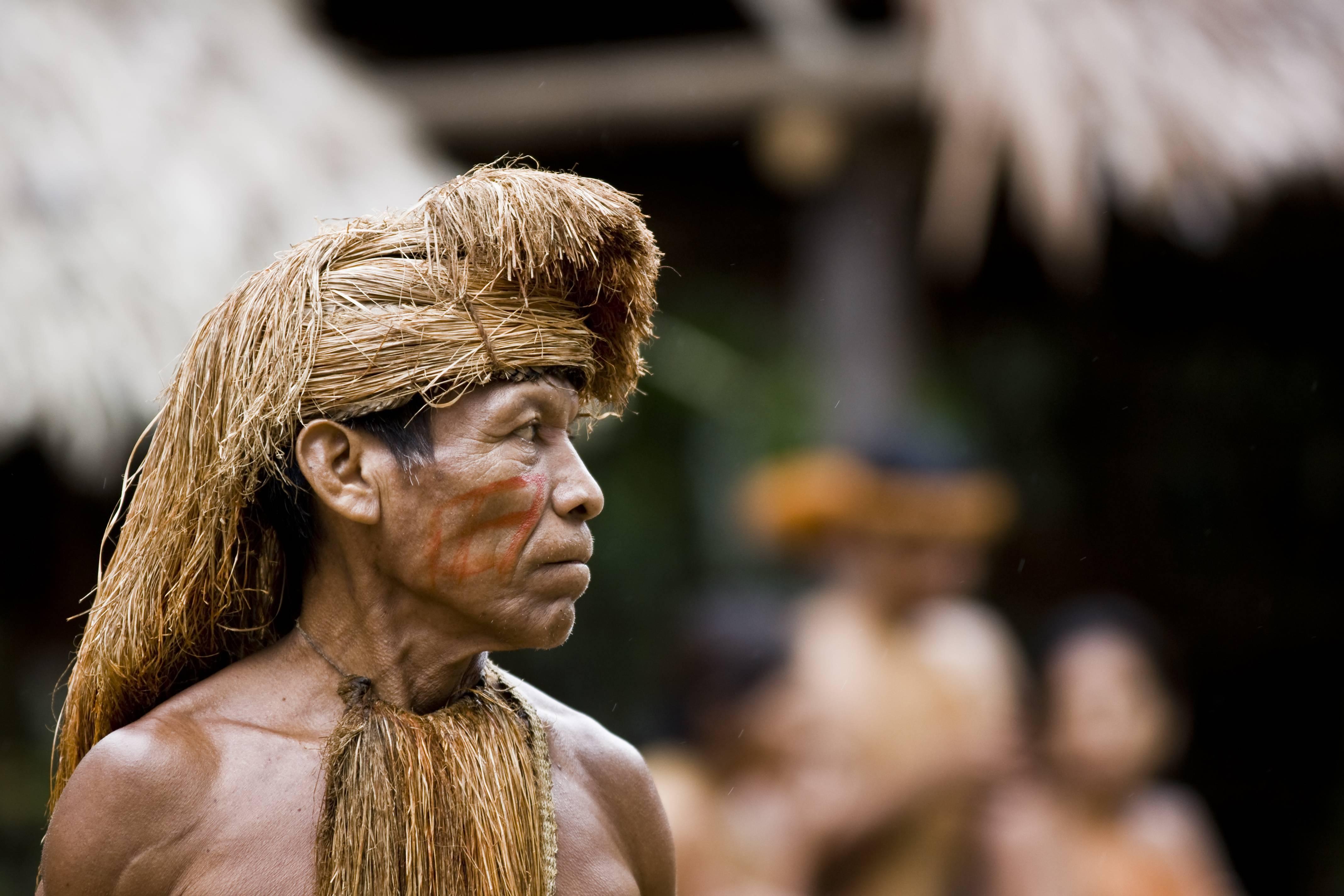 Jefe de una tribu amazónica. La región es una de las más amenazadas por las forestales en el mundo.