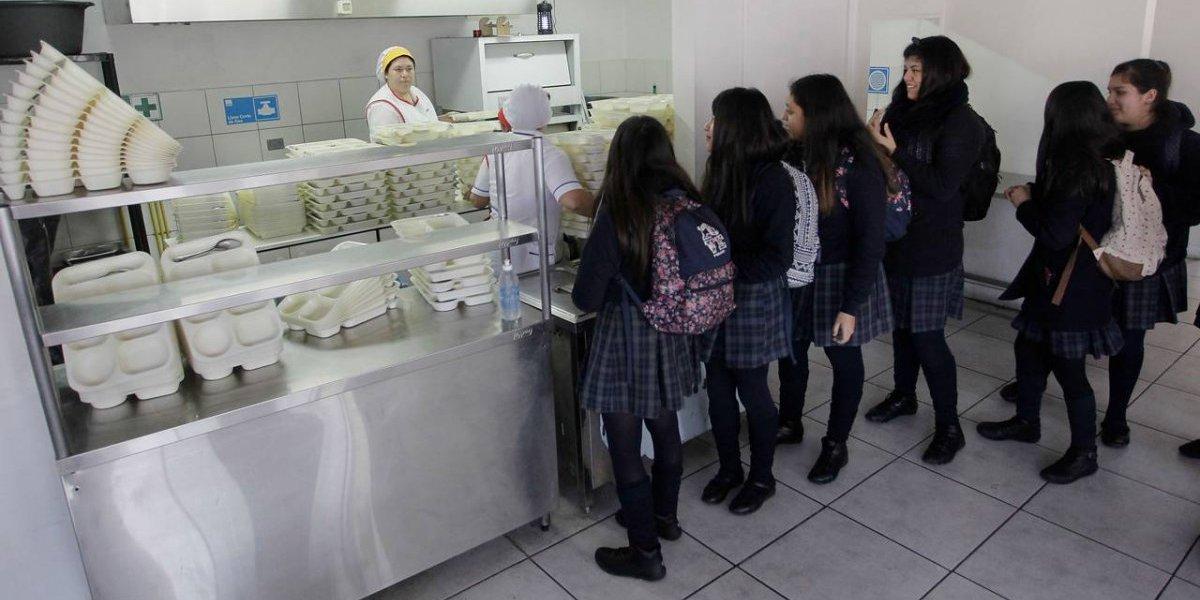 Junaeb anuncia investigación ante reclamos por entrega de comida vencida en el Liceo Carmela Carvajal