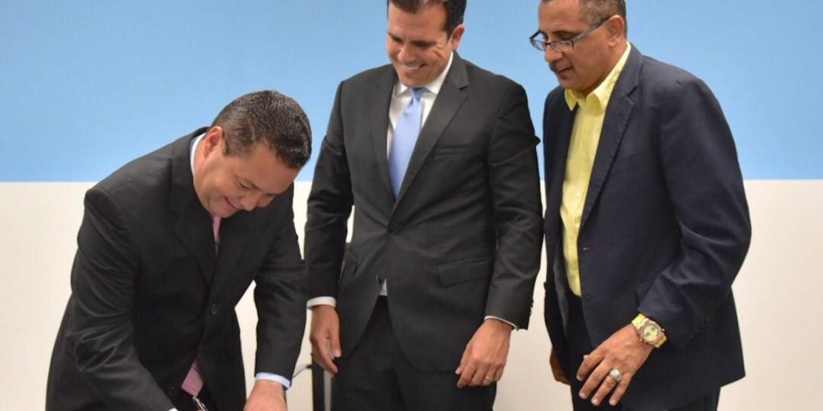 Carmelo Ríos y Angel Pérez firman acuerdo ante Rosselló