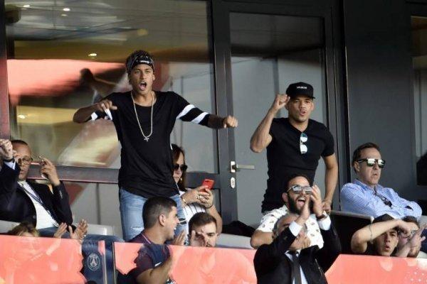 Neymar virbó en la tribuna del Parque de los Príncipes durante el triunfo 2-0 del PSG sobre el Amiens / AFP