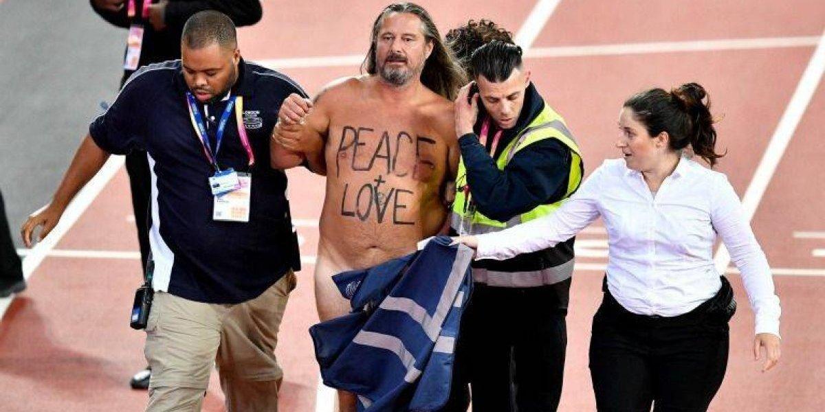 ¡La euforia que desata el rey! Hombre se desnuda para despedir a Bolt