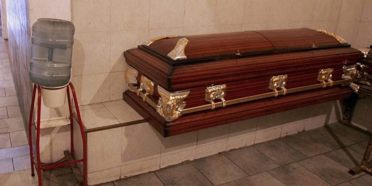 Detienen a tres personas por velar a mujer en una funeraria mientras aún se encontraba con vida