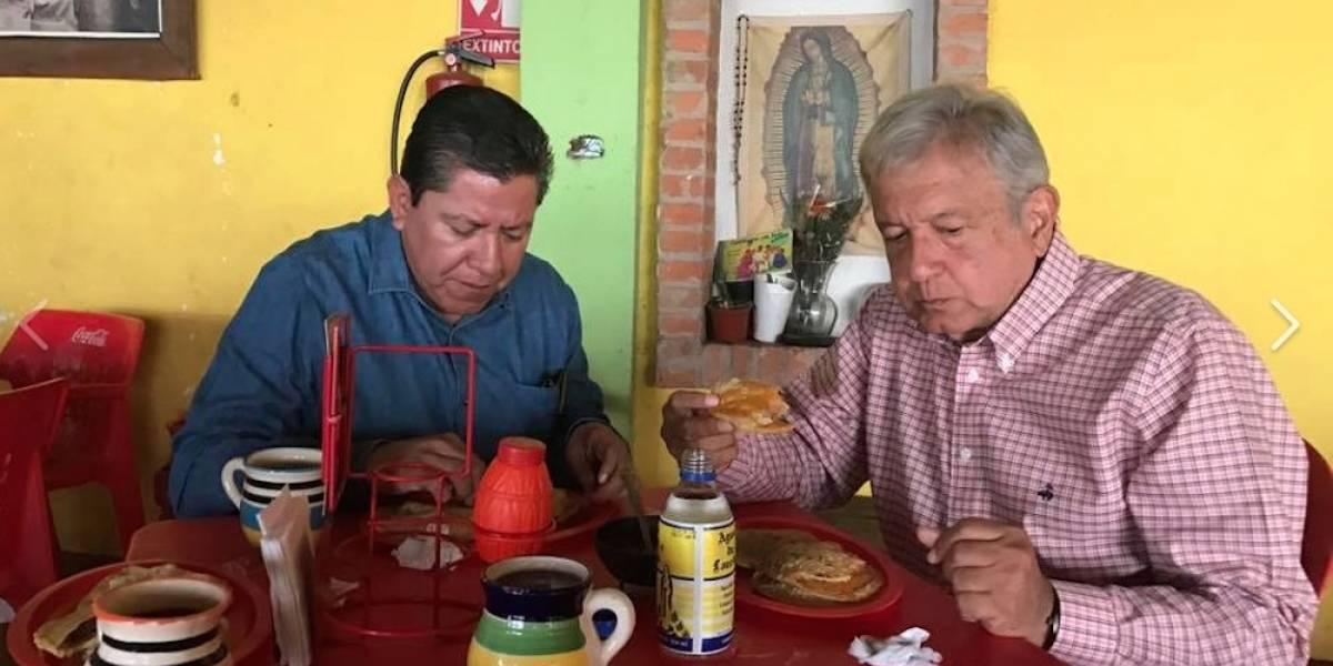 Tras su gira en Sudamerica, AMLO desayuna unas gorditas de chicharrón