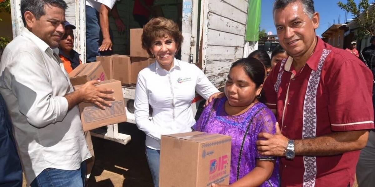 Entrega Mercedes Calvo apoyos a familias afectadas en Guerrero