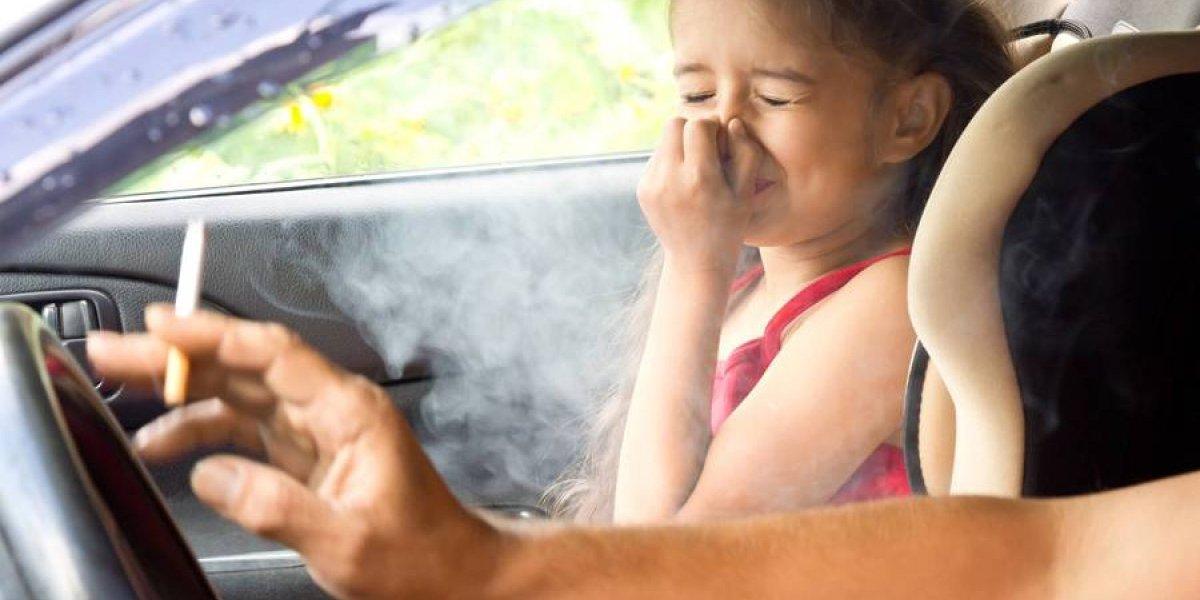 Puerto Rico prohíbe fumar en vehículos en que viajen menores