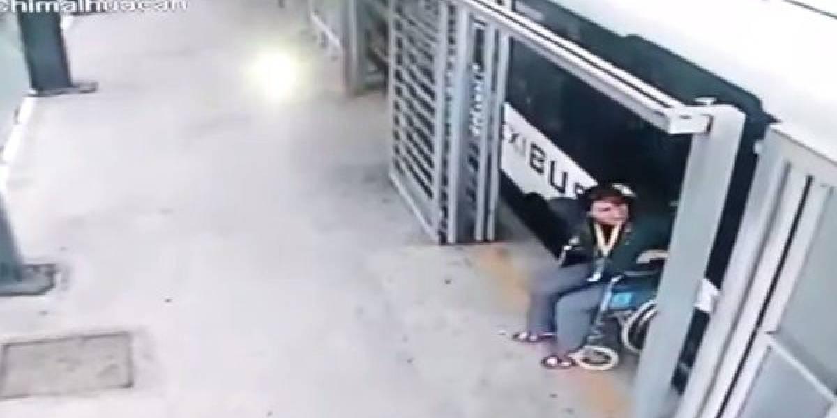 ¡Qué casualidad! Mujer en silla de ruedas vuelve a caminar cuando un bus la arrastra