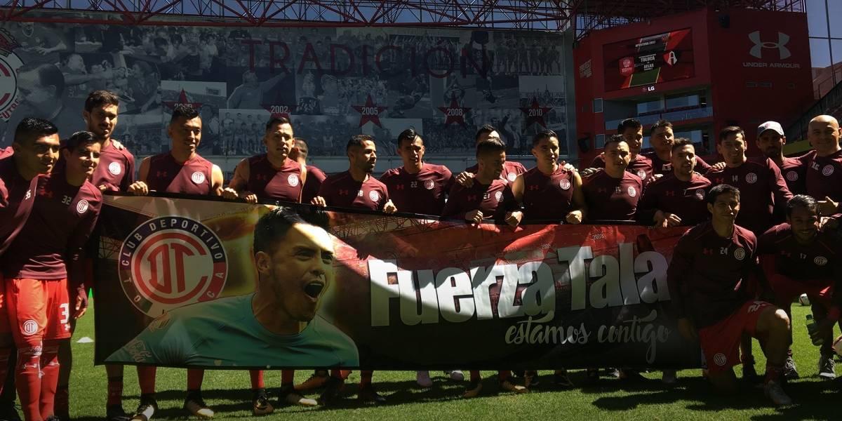 Jugadores del Toluca se ponen guantes de portero en apoyo a Talavera