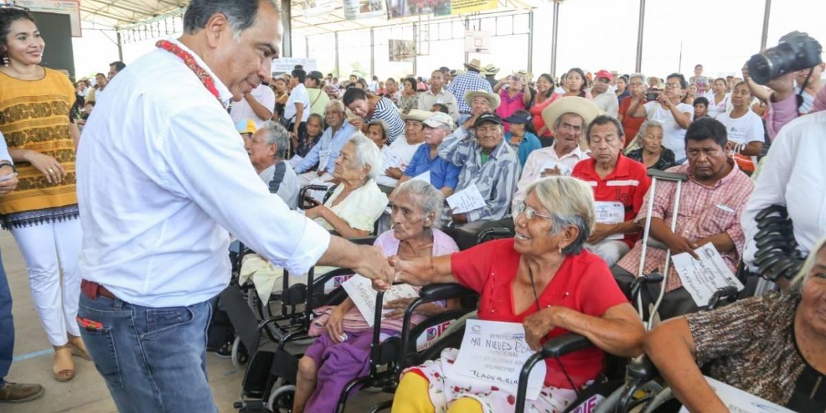 Entrega Héctor Astudillo apoyos en Ajuchitán y Tlapehuala