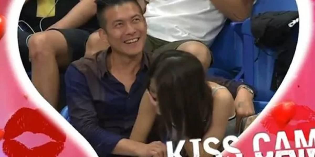 Lo pillaron con las manos en la masa: tocaba íntimamente a su novia y todo el mundo lo vio gracias a una Kiss Cam