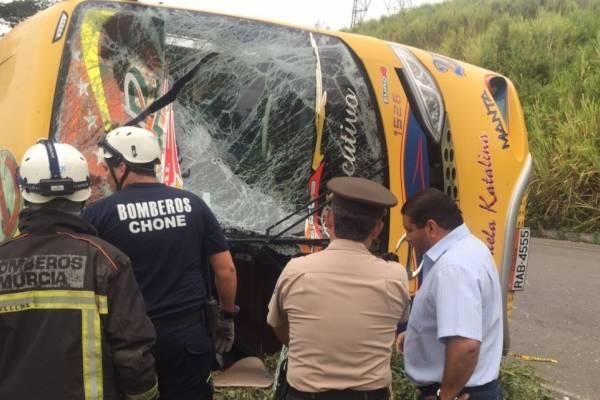 Tres fallecidos y 26 heridos tras volcamiento de bus en Manabí