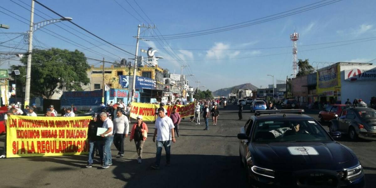 Marchan mototaxistas hacia la sede delegacional de Tláhuac para exigir regularización del servicio