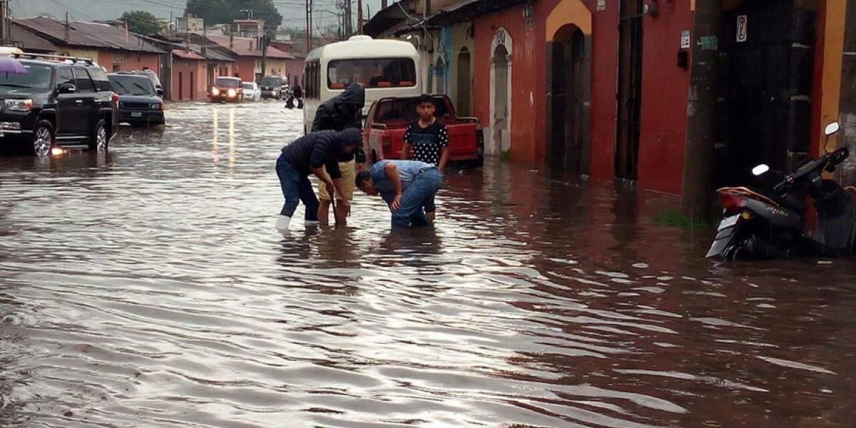 Calles y avenidas de La Antigua se inundan tras fuertes lluvias