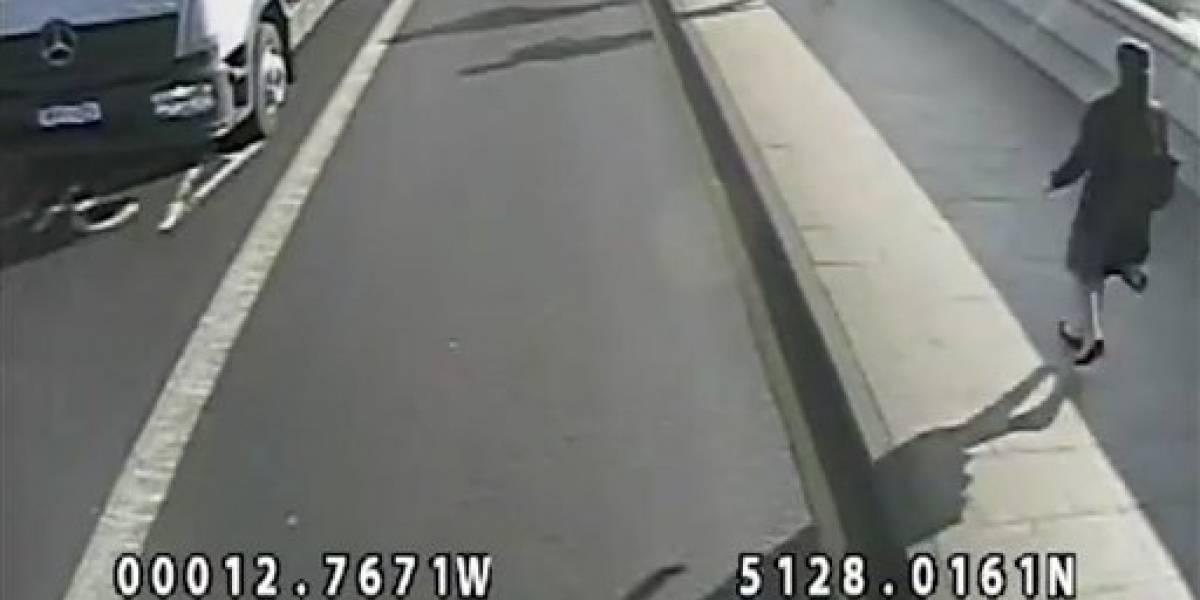 Corredor empuja a mujer al paso de autobús