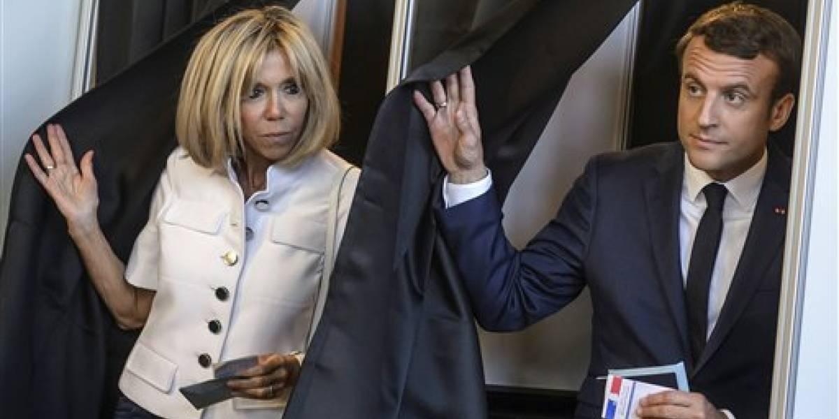 Presidente de Francia desea darle un cargo oficial a su esposa